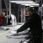 На фабрике Tesla надрываются нелегалы. А вы ожидали роботов?