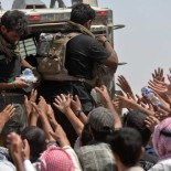 Iraqi security forces help civilians, who fled from Al-Shirqat, because of Islamic State violence, on the outskirts of Al-Shirqat, south of Mosul, Iraq, June 25, 2016. Picture taken 25, 2016. REUTERS/Stringer EDITORIAL USE ONLY. NO RESALES. NO ARCHIVE.  - RTX2I91S