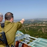 "Israeli Prime Minister Benjamin Netanyahu (C) and Defense Minister Moshe ""Boogie"" Ya'alon (L) look during a visit in the Northern district border of Israel on August 18, 2015. Photo by Amos Ben Gershom/GPO *** Local Caption *** бйбй шащ доощмд    брйойп рърйде зйймйн ощчфъ фйчег цфеп зййм ощд бевй йтмеп щш дбйизеп"