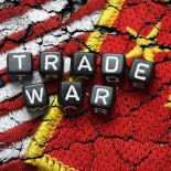 Flaggen von USA und China mit dem Schriftzug Trade War, Handelskrieg *** Flags of USA and China with the words Trade War Trade War