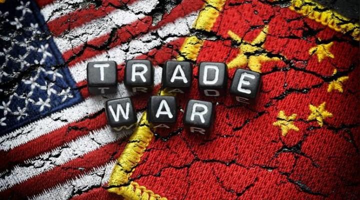 Flaggen von USA und China mit dem Schriftzug Trade War, Handelskrieg *** Flags of USA and China with the words Trade War Trade War