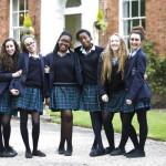 В школах Англии продолжают запрещать девочкам носить юбки, призывая заменить их «гендерно нейтральными» брюками