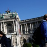 A man with a protective mask walks in front of Hofburg Palace during the global coronavirus disease (COVID-19) outbreak in Vienna, Austria, April 20, 2020.  REUTERS/Lisi Niesner - RC2H8G9BOCO5