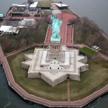 Liberty Island and the Statue of Liberty sit empty and closed to visitor during the outbreak of the coronavirus disease (COVID-19) in New York Harbor, U.S., March 30, 2020. REUTERS/Mike Segar - RC2GUF99WEOW