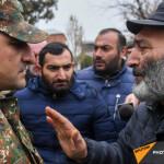 """""""Попали в окружение"""": родители пропавших военных проводят акцию в Эчмиадзине"""