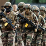 «Господа, действуйте»: почему французские военные призвали власти бороться с хаосом и насилием в стране